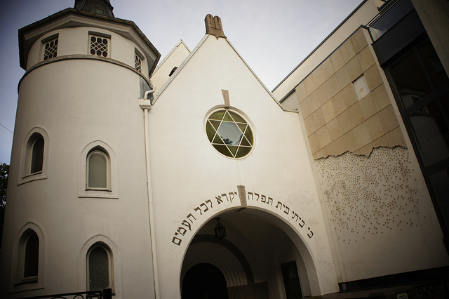 Oslo Synagogue - Foto di Senia L (CC BY 2.0) https://www.flickr.com/photos/sam-_-/7857821344/in/photolist-99n4Fg-6fXnQN-4nJuM7-cYnisy-cYnjF9-cYnnS1-cYnGNS-99n4Un-99qcAS-99qcEN-cYneEN-4nEr7H-cYnymY-cYnowm-cYh1YS-cYnHUd-cYnFXo-cYnkqL-cYnj6G-cYnhMJ-cfbCmE-cYnmf9-cYnFcU-cYnnaQ-emn6ze