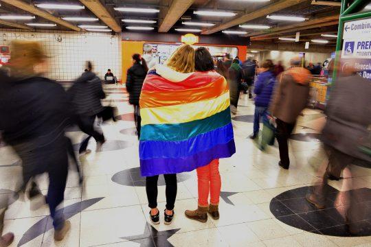 [Fonte: Movilh Chile https://www.flickr.com/photos/gayparadechile/33861025054/in/photolist-TAbB3N-nkvgvX-N3ZBCW-MYwWLt-nFbcyR-t9gbt6-9GNxfz-sTC2kv-nEzt5m-nCVUTa-GSHdMG-GSKbxY-GSHuJG-USzipH-GSHz3G-GSHwVA-GSHvCL-GVZkAG-GqQSVR-GqQUjx-GqQWfX-GqQVs4-HigW4s-GqHxGL-HcQXmJ-HigWYy-HfbEqB-HigXrs-GqHyvj-GqHwR7-GVZnjb-GVZmrQ-HcQWib-GVZob1-GSHgAY-HhWaVK-GSHu1N-GSHpyG-HbVEke-GSHsRU-HbTX3M-HhVZnv-GnAQ18-GSHqz9-GSHedw-GnyRJ2-GSHrCm-GSHn1L-GnqFch-GSKaSE]