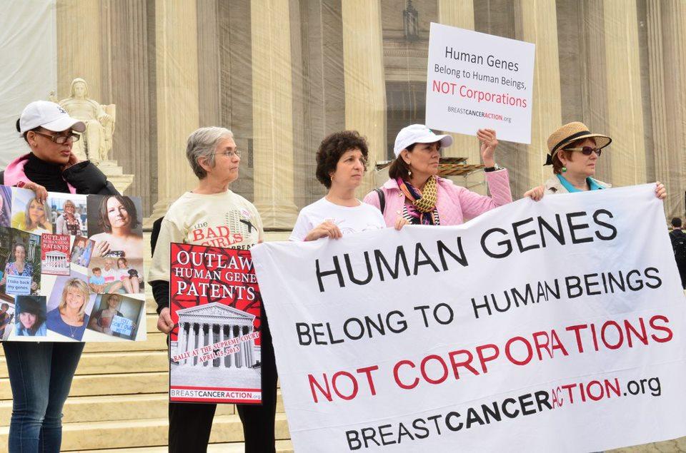 Proteste davanti alla Corte Suprema USA (Fonte: Lisa Stone/Breast Cancer Action)