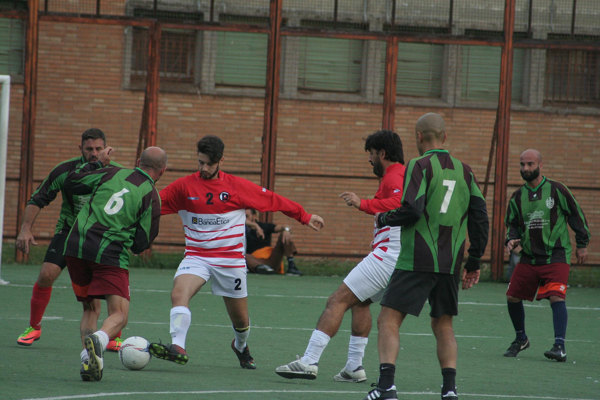 Un momento della partita tra Atletico Diritti e la nazionale dei detenuti di Rebibbia. Credit: Atletico Diritti
