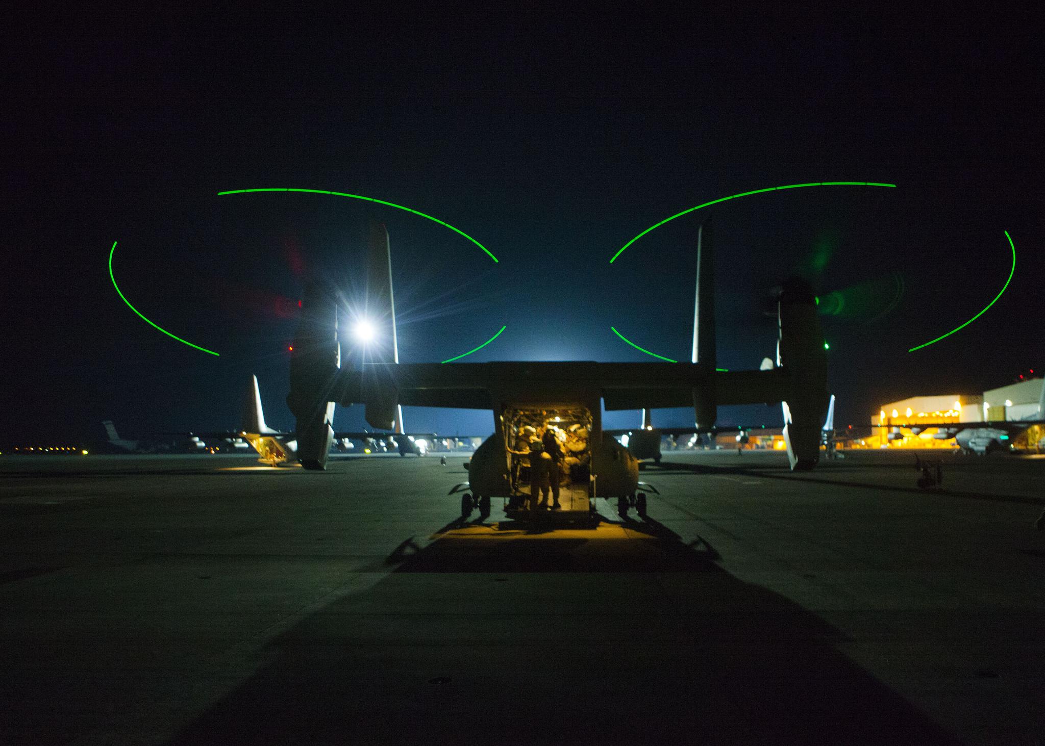 Ultimi controlli per un aereo in partenza da Sigonella. Foto: 1st Lt. Maida Kalic, U.S. Marine Corps/Released