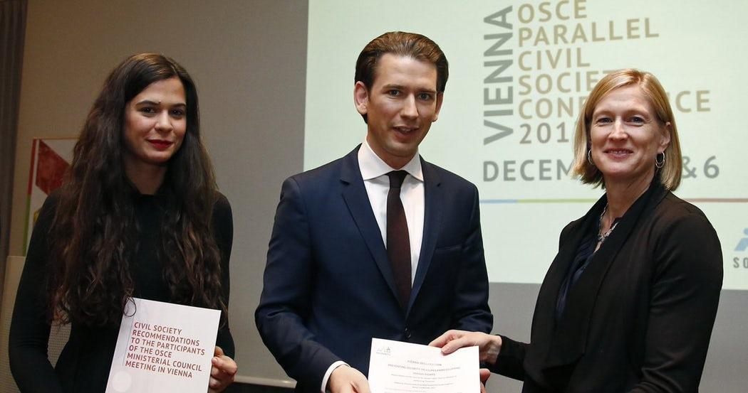 Corallina Lopez Curzi (CILD) e Melissa Hooper (Human Rights First) consegnano le raccomandazioni e la dichiarazione di Vienna al Presidente in carica OSCE.