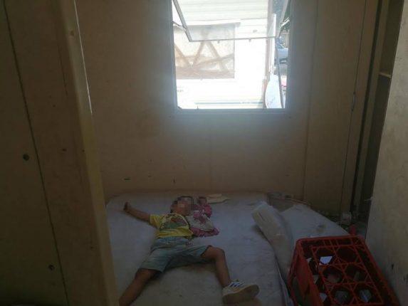 Un bambino dorme in uno dei container sequestrati del Camping River
